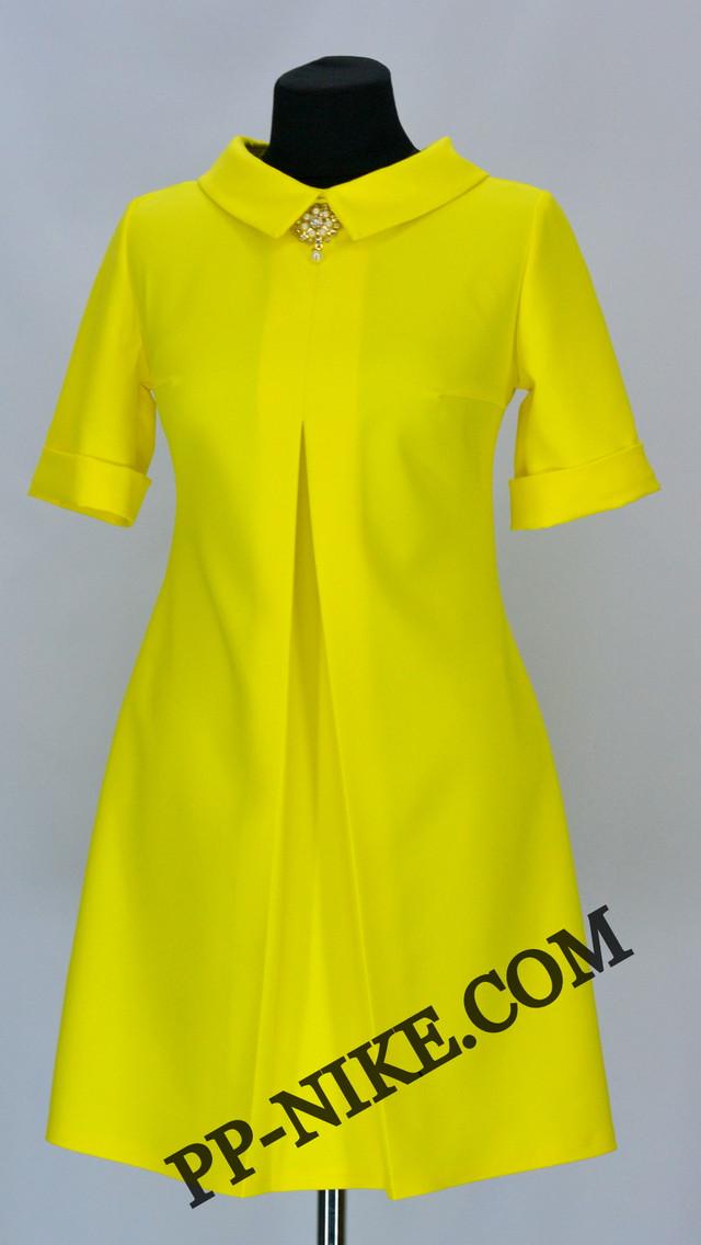 Платье с манжетом и брошью