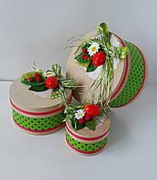 Круглая подарочная коробка ручной работы с яркой клубникой и зелёными лентами