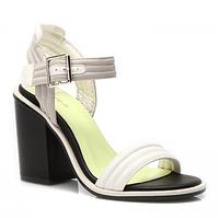 Белые босоножки на широком каблуке