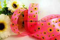 Лента атласная ромашки на ярко-розовом 2.5см
