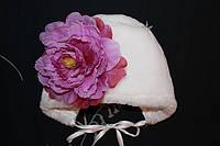 Зимняя чепчик на выписку с цветком