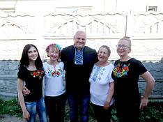 Прекрасна сім'я Оксани Гриценко в футболках вишиванках від МальваОпт