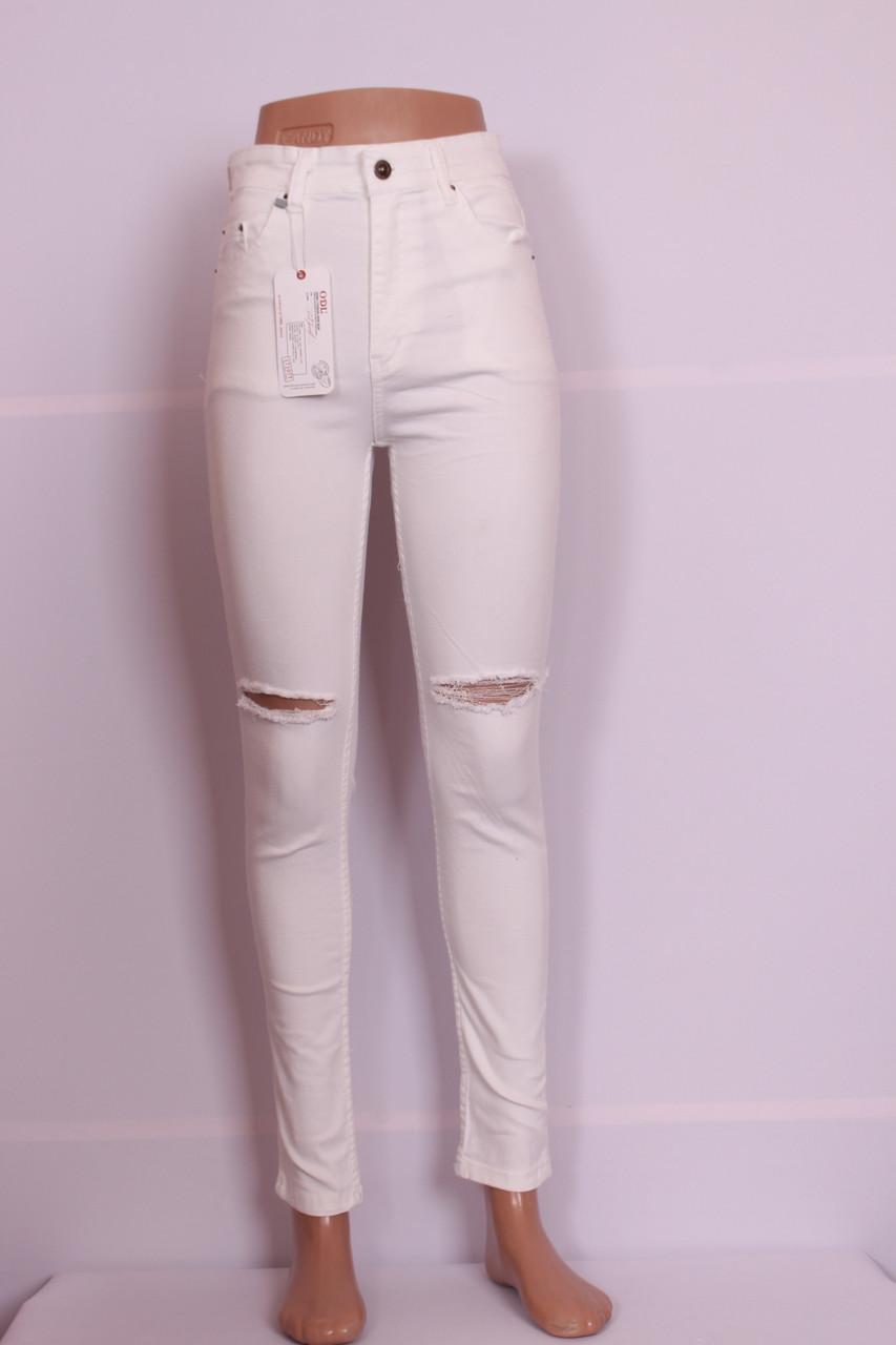 Женские  белые джинсы с высокой талией и прорезами на  коленях