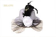 Шляпка с перьями