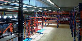 Перекрытия мезонина и полки стеллажей выполнены из ДСП
