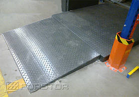 Стойки по обе стороны от въезда на платформу подъемника оснащены дополнительной защитой от механических повреждений.