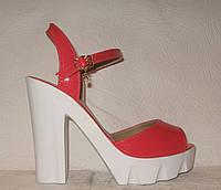 Босоножки стильные на каблуке лаковые кораллового цвета