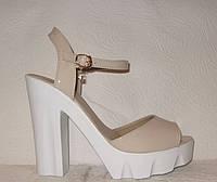Босоножки стильные на толстом каблуке лаковые бежевого цвета