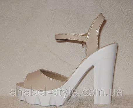 Босоножки стильные на толстом каблуке лаковые бежевого цвета, фото 2