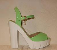 Босоножки стильные на каблуке лаковые салатового цвета