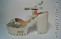 Босоножки женские разноцветные на устойчивом каблуке и белой платформе