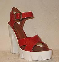 Босоножки стильные на толстом каблуке лаковые красного цвета