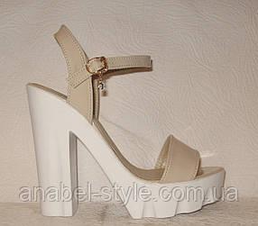 Босоножки стильные на каблуке лаковые светло бежевого цвета