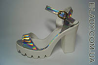 Босоножки женские серебристые на устойчивом каблуке и белой платформе