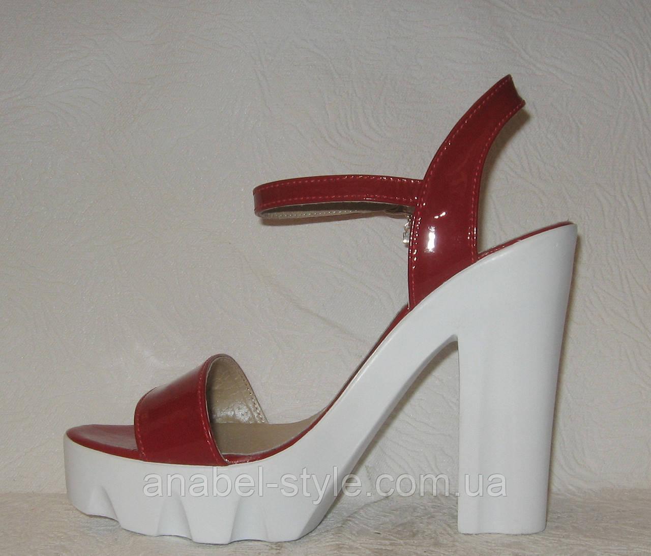 Босоножки стильные на каблуке лаковые красного цвета