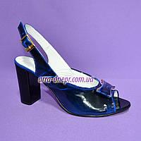 Босоножки женские на каблуке из натуральной лаковой кожи синего цвета, фото 1