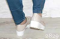 Туфли кожаные бежевые на белой среднем широком каблуке - на шнуровке