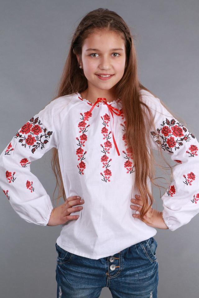 Белая вышиванка с красными розами
