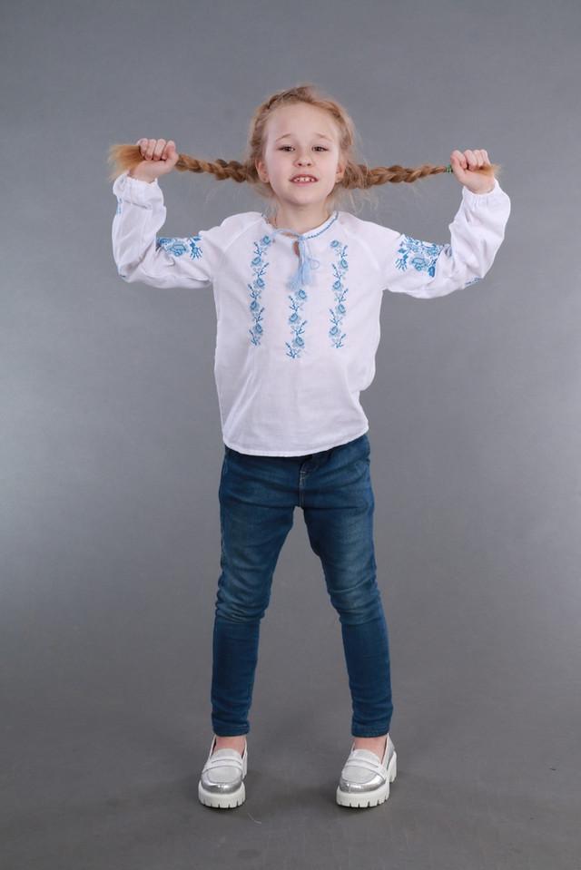 Вишиванка для дівчинки з блакитною вишивкою