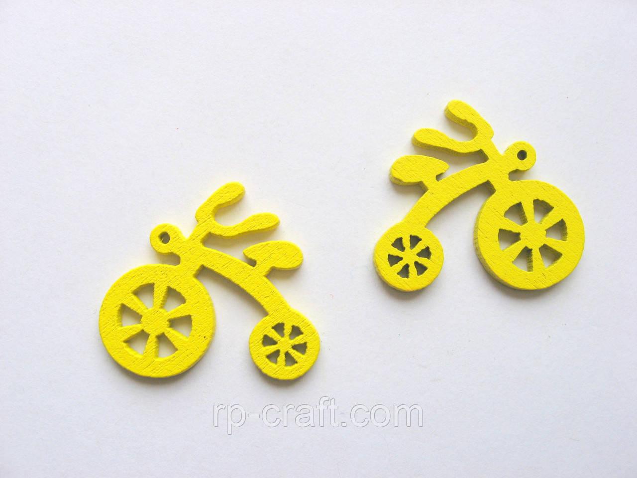 Подвеска деревянная. Велосипед желтый