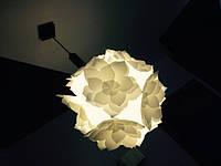 Взяли старый подвесной светильник и поменяли его ужасный плафон на наш красивый цветочек. Диаметр цветка-плафона - 47 см.