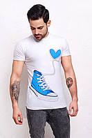 Белая мужская футболка с голубым кедом