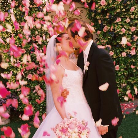 искусственные лепестки роз на свадьбу