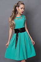 Очень красивое платье модного фасона на груди украшено брошью