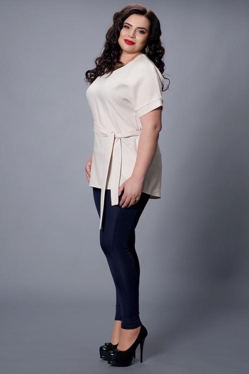 Легкая женская блуза молочного цвета с удлиненной спинкой