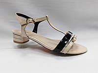 Босоножки кожаные лаковые на низком каблуке Geronea.