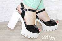 Босоножки черные лаковые на белом каблуке