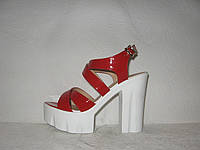 Босоножки стильные на толстом каблуке лаковые красные