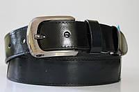 Ремень кожаный класический лаковый 40 мм цвет чёрный/тёмно-зелёный пряжка текстурированый глянец синего цвета