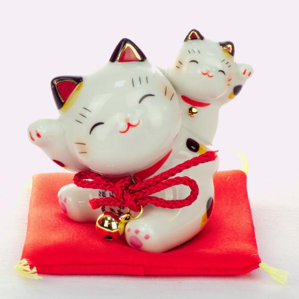 Манеки-неко «Котёнок на спине у кошки»