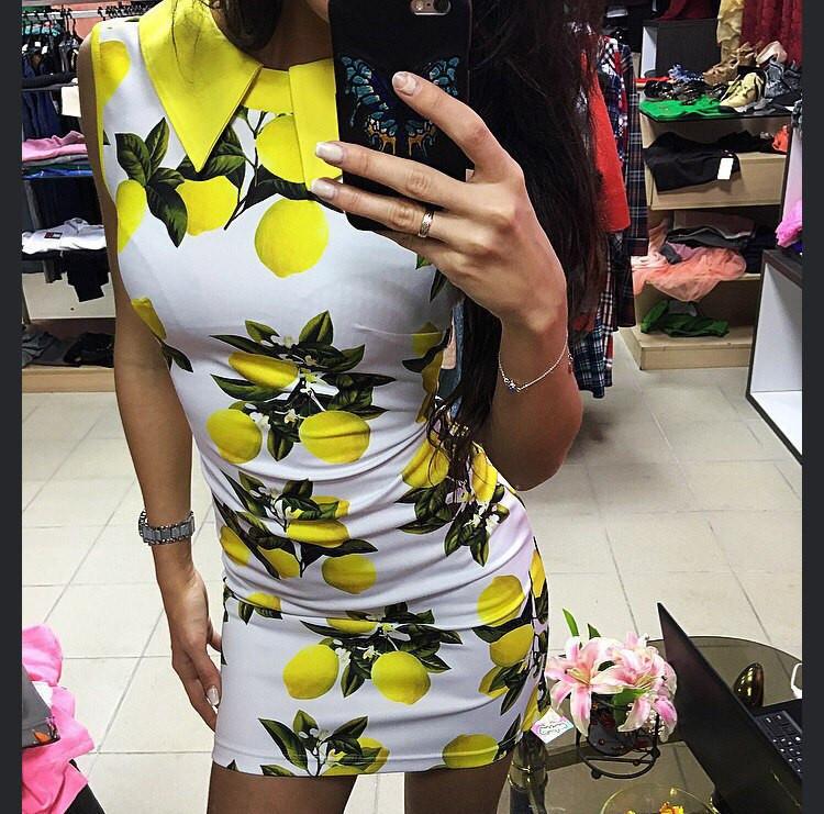 Облегающее платье с воротником и ярким принтом