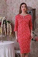 Оригинальное платье украшено брошкой