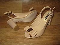 Лаковые бежевые босоножки на каблуке