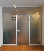 Стеклянная перегородка с дверью в алюминиевой коробке