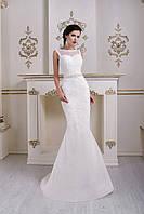 Изящное свадебное платье с V-образным вырезом на спинке