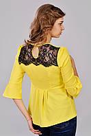 Женская модная яркая блуза с гипюровой вставкой