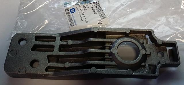 Кронштейн (опора , держатель) крепления радиатора охлаждения двигателя нижний (силуминовый без резинки (буфера)) GM 1310029 1310013 1310000 1310721