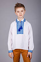 Вышиванка для мальчика с воротничком и выразительным узором
