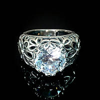 Серебряное кольцо с орнаментом и прозрачным фианитом