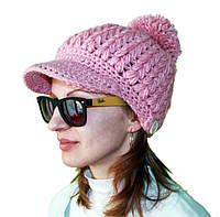 Розовая вязаная шапка с козырьком