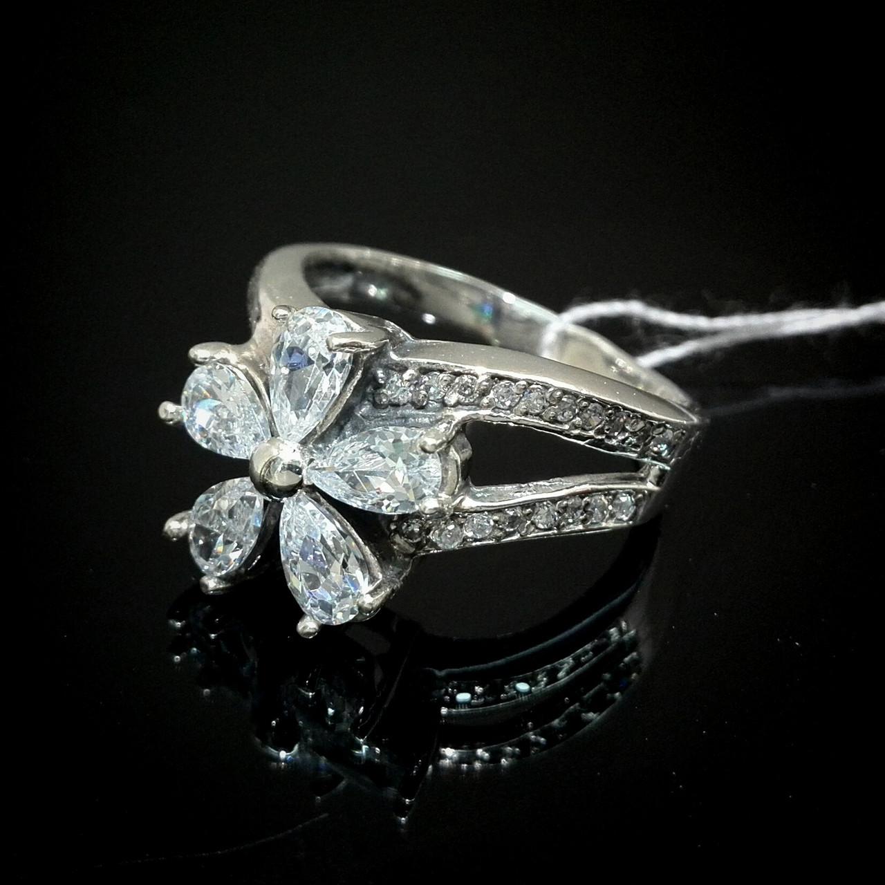 Шикарне срібне кільце у вигляді квітки зі вставками з прозорого фіанітів
