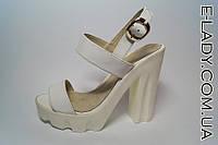 Босоножки женские белые на устойчивом каблуке и белой платформе