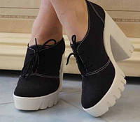 Замшевые стильные женские туфли на танкетке и широком каблуке на шнуровке