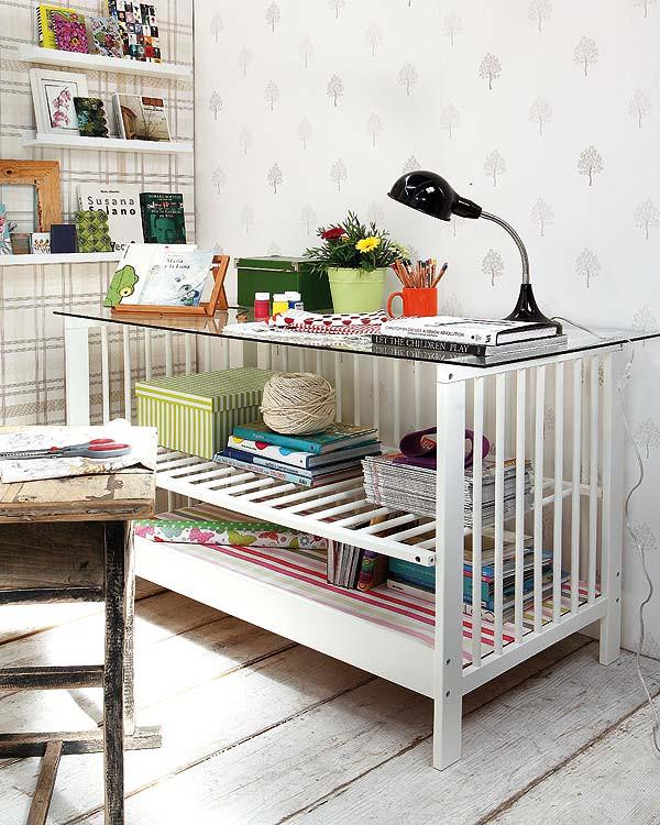 Детская кроватка как столик