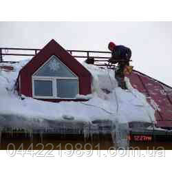 Прибирання снігу з дахів.
