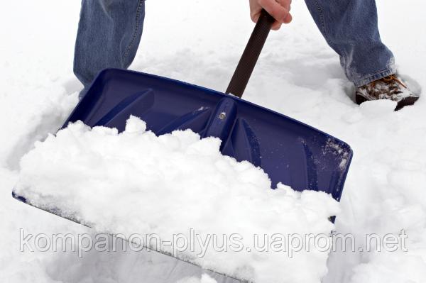 Прибирання снігу вручну.